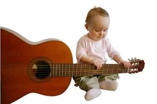 Gambar lucu bayi bermain gitar wallpaper gratis