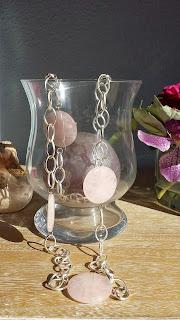 Collar con cadena plateada y cuarzo rosa