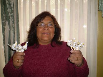"""Mónica Rodriguez mostrando sus """"Chupetines de miel con propóleos"""" una propuesta de diversificación"""
