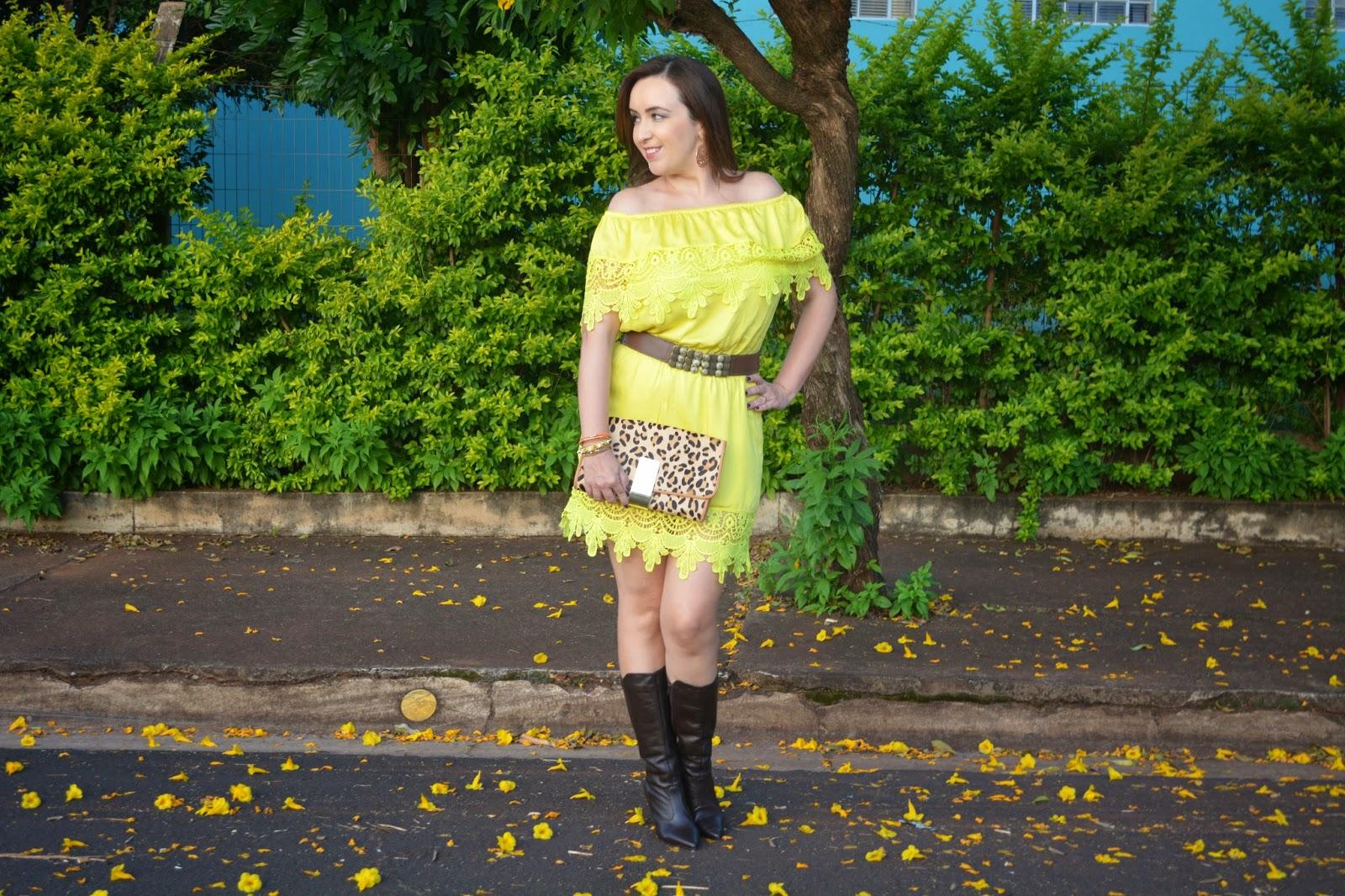 vestido amarelo de renda tomara que caia, vestido amarelo para o outono, bota cano alto, clutch onça, look do dia, outono 2015, blog camila andrade, blog de moda em ribeirão preto, fashion blogger em ribeirão preto, villa lilla