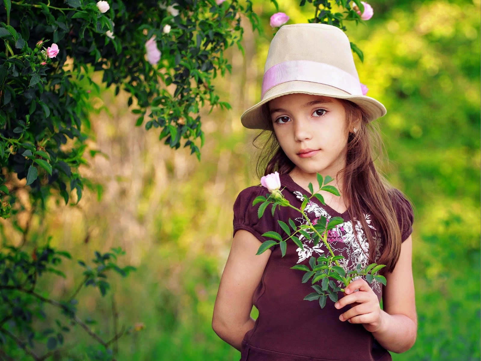 Gambar anak perempuan cantik pakai topi dan bunga