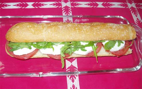 Bocadillo caprese, tomate, queso mozzarella y albahaca