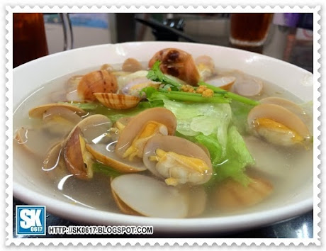 啦啦(蜆)湯米粉, 睇落清淡, 其實樣樣嘢新鮮又清甜無比 (RM6.00 @ 怡保路五條石國聯花園88茶餐室)   Meehoon in Lala (Clam) Soup, the soup looks pale and clear but very flavorful, actually everything in it is so fresh and juicy (RM6.00 @ Kepai Kopi 88, Taman Kok Lian, Batu 5 Jalan Ipoh)