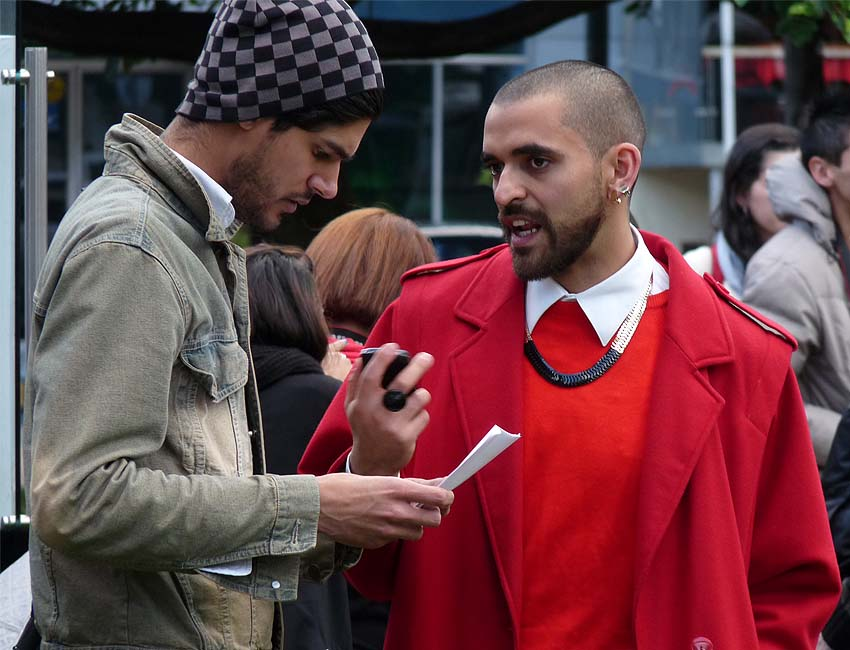 street-style-red-coat-men-fashion-neck lace-como una aparición-moda-bogotá