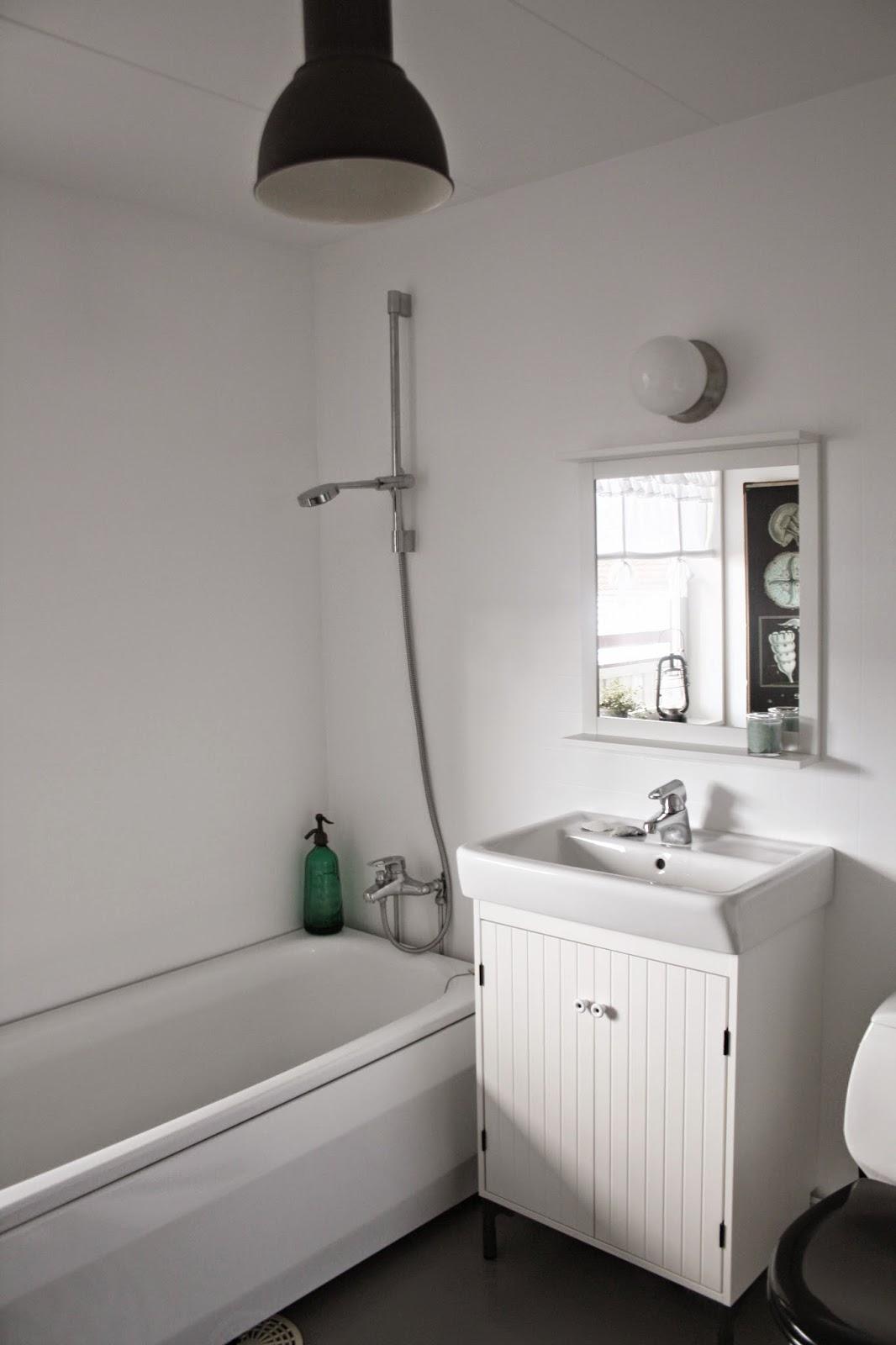 Badrum vita väggar grått golv ~ xellen.com