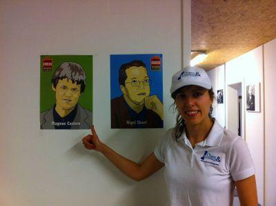 La grand-maître Tatiana Kostiuk en polo et casquette Chess & Strategy