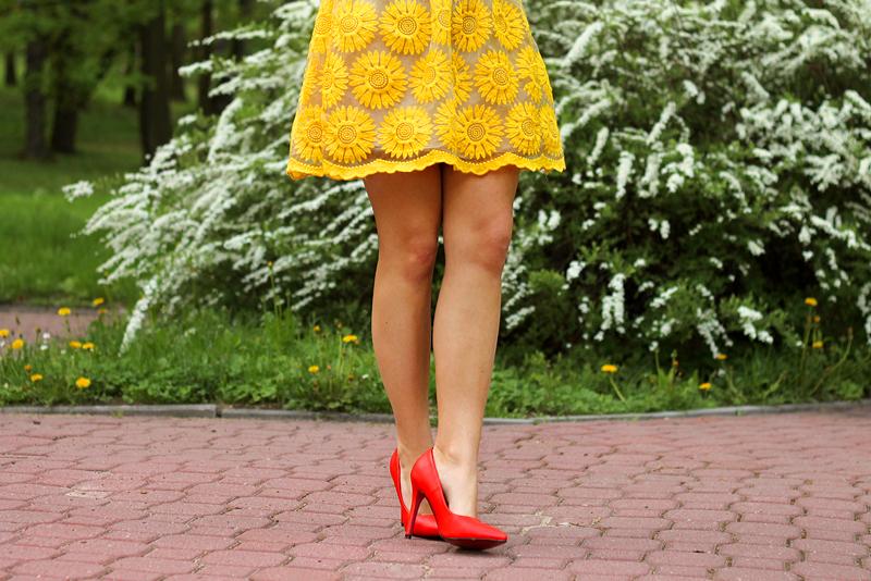 czerwone szpilki sukienka