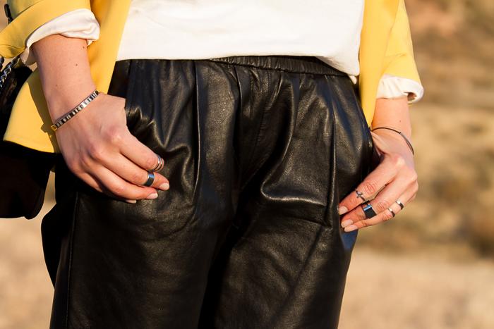 Anillos midi plata de Zara y anillo con cruz y pantalones de cuero baggy