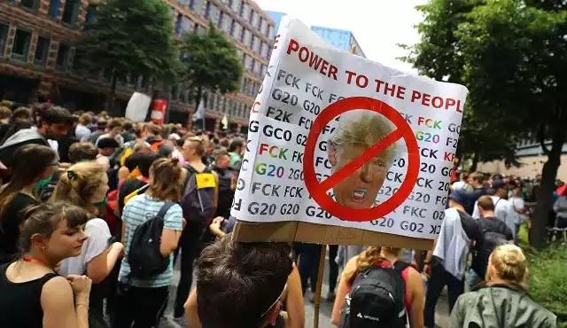 Η φωτογραφία που «ξεμπροστιάζει» το παγκόσμιο κίνημα των χρήσιμων ηλίθιων διαδηλωτών!