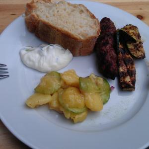 Kartoffelsalat mit Wurst vom Grill und Tzatziki