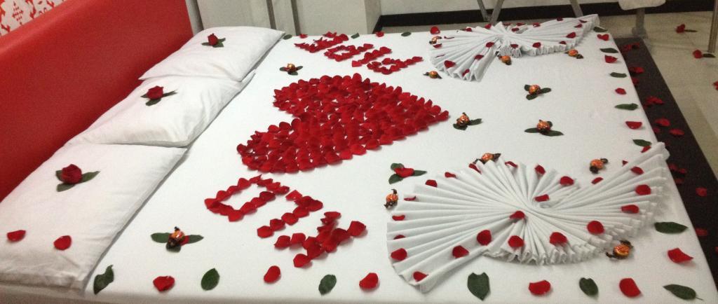 Decoracion Romantica Para Hombre ~ Ideas De Camas Romanticas Decoradas Para Fechas Especiales  lindas y