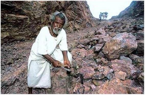 Kisah Lelaki Memahat Gunung Selama 20 Tahun Selepas Kematian Isterinya