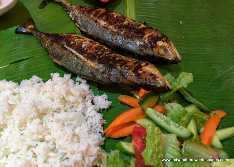 Asian Flavors Dubai fish in boodle fight