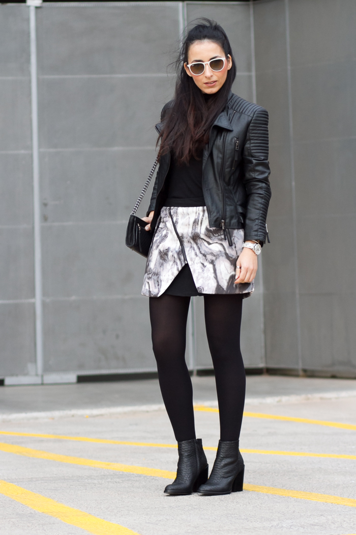 BLogger valenciana de moda withorwithoutshoes con look en blanco y negro con chaqueta de cuero