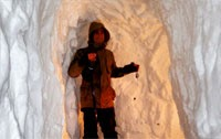 Canada: Man digs snow tunnel to car