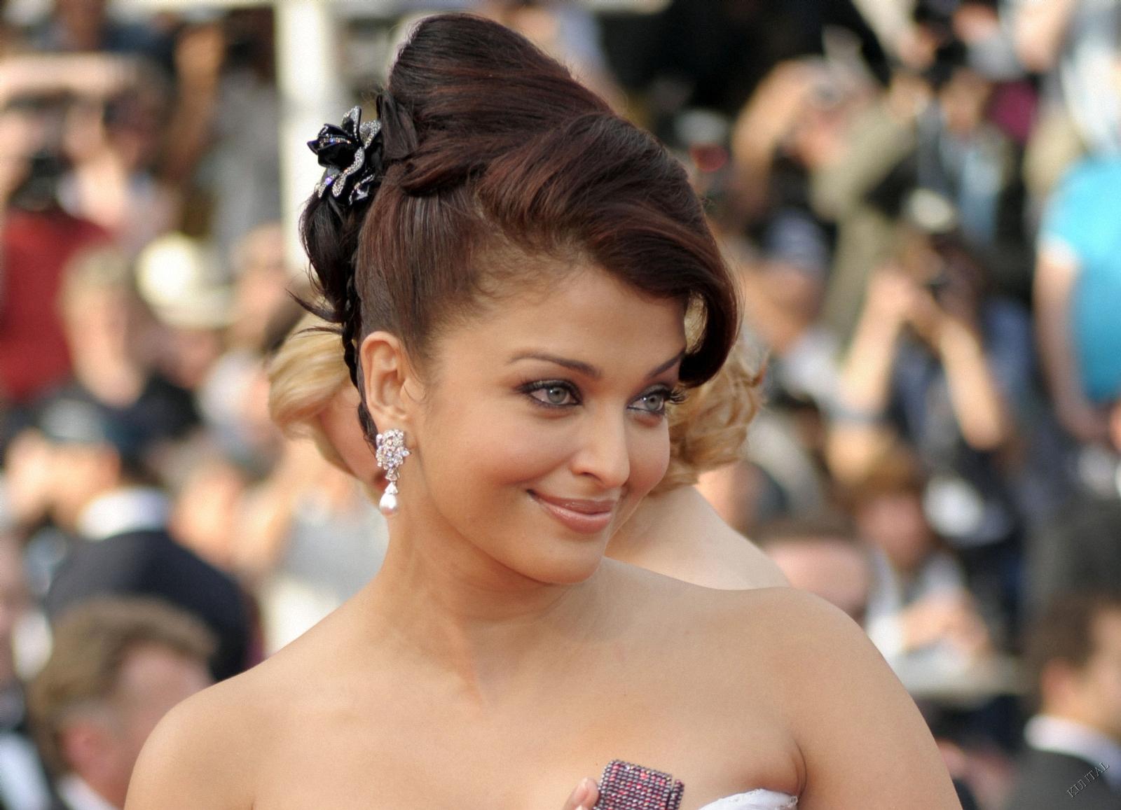 http://3.bp.blogspot.com/-U9xf8smgaXA/TfyoqDPsKoI/AAAAAAAAEYc/jghnGoW48DA/s1600/Aishwarya+Rai+Wallpapers+1.jpg