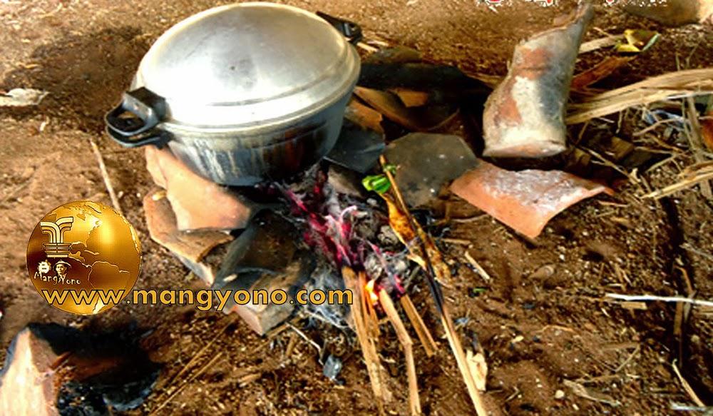 FOTO : Hawu menggunakan kayu bakar. Harga Elpiji melambung, kita kembali ke kayu bakar .. Oke.