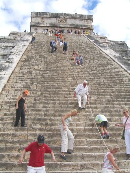 Personas subiendo a la Pirámide de Kukulcán