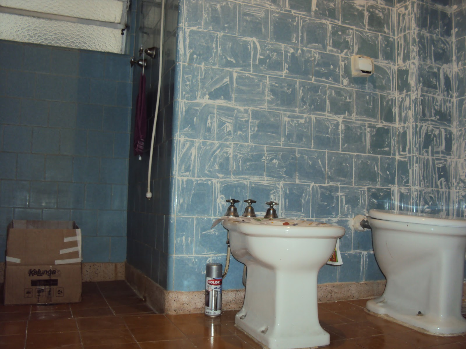 dica: não espere a tinta secar para retirar a fita crepe ou a tinta  #5D422F 1600x1200 Banheiro Azulejo Ou Tinta