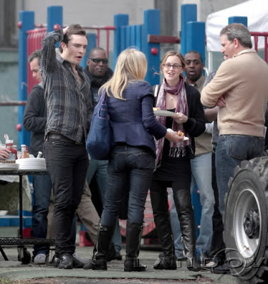 Spotted! Know who has made her special appearence at Gossip Girl's set? No other than Kristen Bell herself, who seems to be getting on with Claire, how come! Looks like Chuck isn't having that much fun.