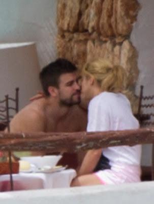 shakira y pique besandose en la playa ibiza 2011