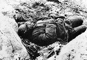 Foto de un soldado argentino muerto en la Guerra de las Malvinas Argentinas soldadomuerto dmalvinas