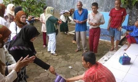 AKRAB - Anggota IIDI saat bercengkarama dengan penghuni RPSBM, selain bantu kebutuhan hidup juga ajak belajar cuci tangan.