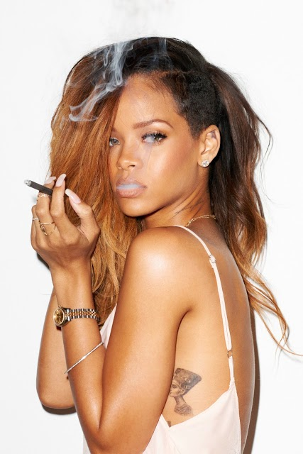 pop star rihanna hot cleavage pics