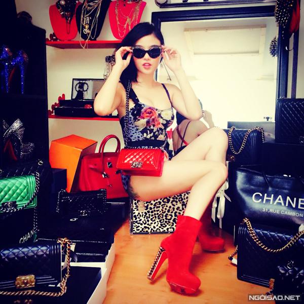 """Julia Hồ cho hay: """"Túi xách tôi có rất nhiều nhưng tôi thích nhất dòng Chanel Boy, vì nó nhẹ và gọn, rất tiện đi làm mỗi ngày""""."""