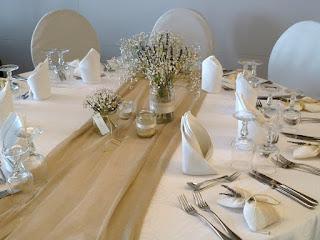 διακόσμηση τραπεζιού γάμου με γυάλινα βάζα στολισμένα με κορδέλες και δαντέλα, λεβάντα και γυψοφύλλη