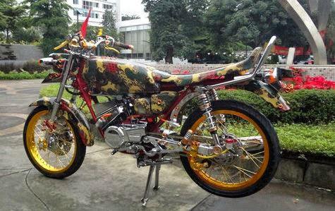 otoasia.Net - Motor 2-tak Yamaha yang satu ini memilki fans tersendiri, khususnya mereka pecinta kecepatan tinggi. Namun tidak sekedar kecepatan yang diperhatikan, tampilan beda dan nyetrik pun dapat diperoleh pada modifikasi Yamaha RX-King yang satu ini. Modifikasi Yamaha RX-King Bermotif Batik