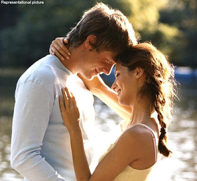 man hugging woman - marriage-tips - كيف تستطيعين اقناع زوجك برأيك - حبيبان متعانقان - رجل يحضن حبيبته