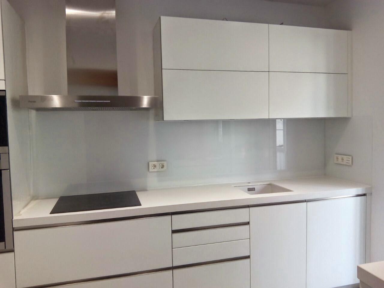 Alucrystall frontal de cocina forrado y puerta corredera - Cocina con pared de cristal ...