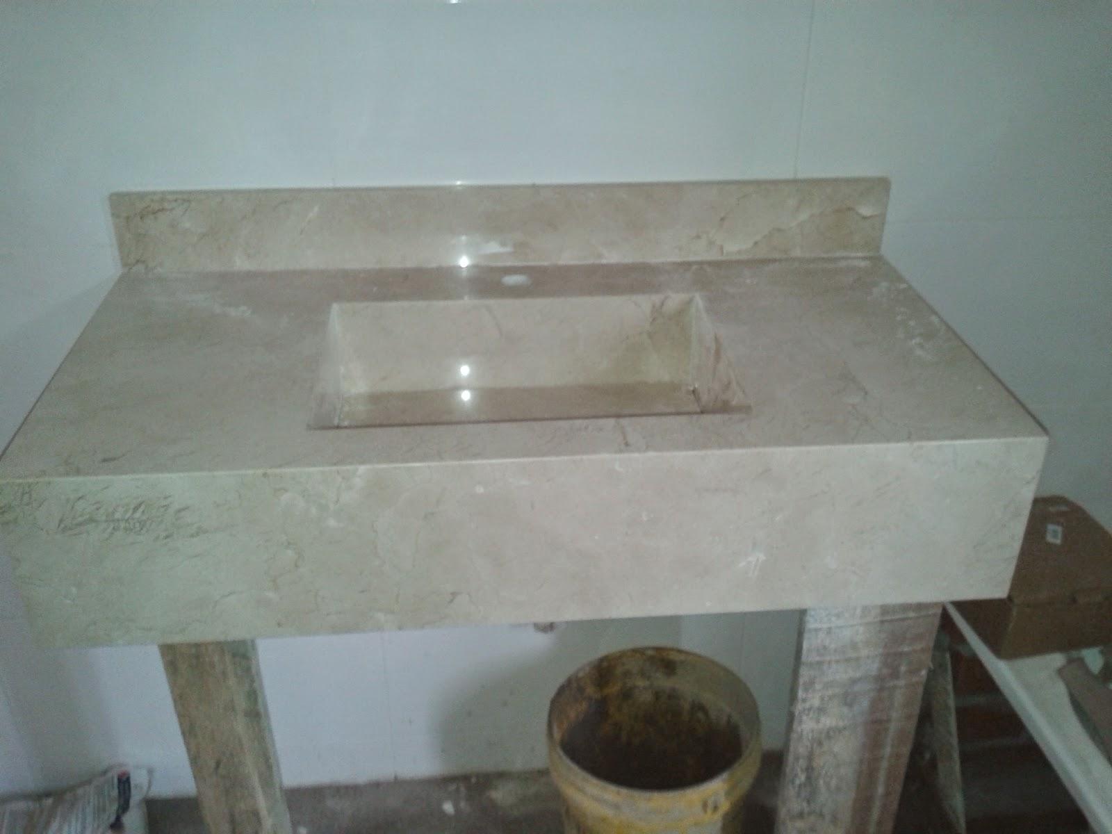 Lavatório da suíte com cuba oculta escavada ou embutida no mármore  #585244 1600x1200 Bancada Banheiro Crema Marfil
