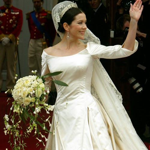 The Top Of Crown Princess Marys Wedding Dress Was Slim Fitting With A Scoop Neckline An Unusual Look For Royal Marriage Outfit