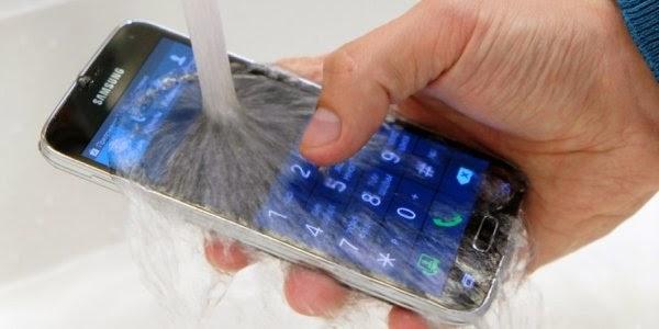 Gambar Samsung Galaxy S disiram air