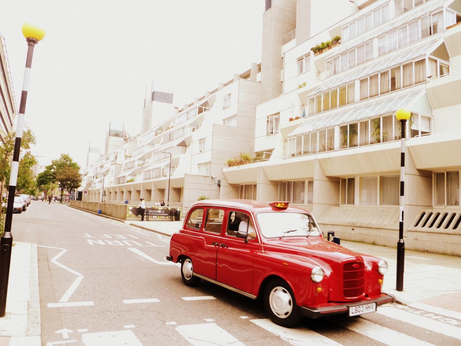 Taxi esperando en una calle de Londres