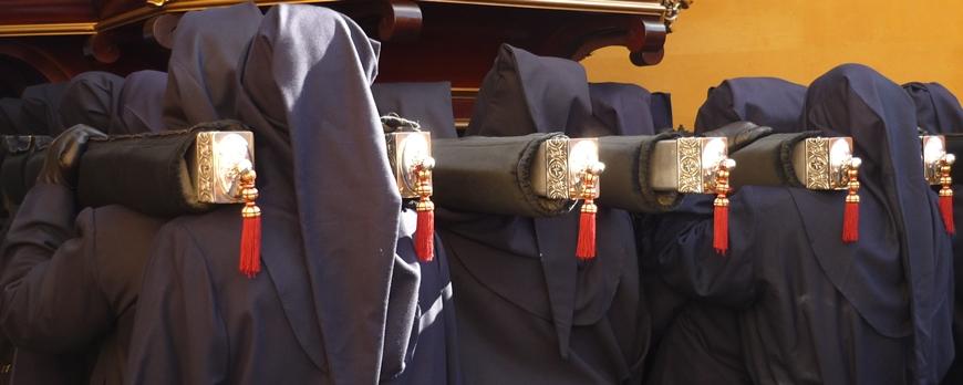 Braceros pujando a dos hombros. Cofradía de Nuestro Padre Jesús Sacramentado y María Santísima de la Piedad Amparo de los leoneses. Foto G. Márquez