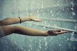 La vida no se trata de sobrevivir a una enorme tempestad, es aprender a bailar bajo la lluvia.