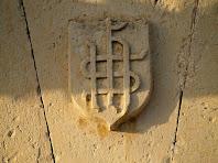 Detall de l'escut de la portalada d'entrada al mas