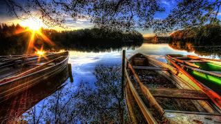 amanecer en embarcaciones en un lago hdr