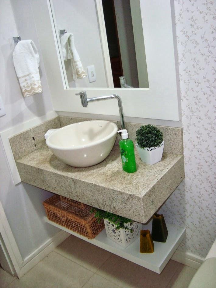 decoracao banheiro de apartamento pequeno: madeira de demolição com fotos em tom sépia das praias de fortaleza