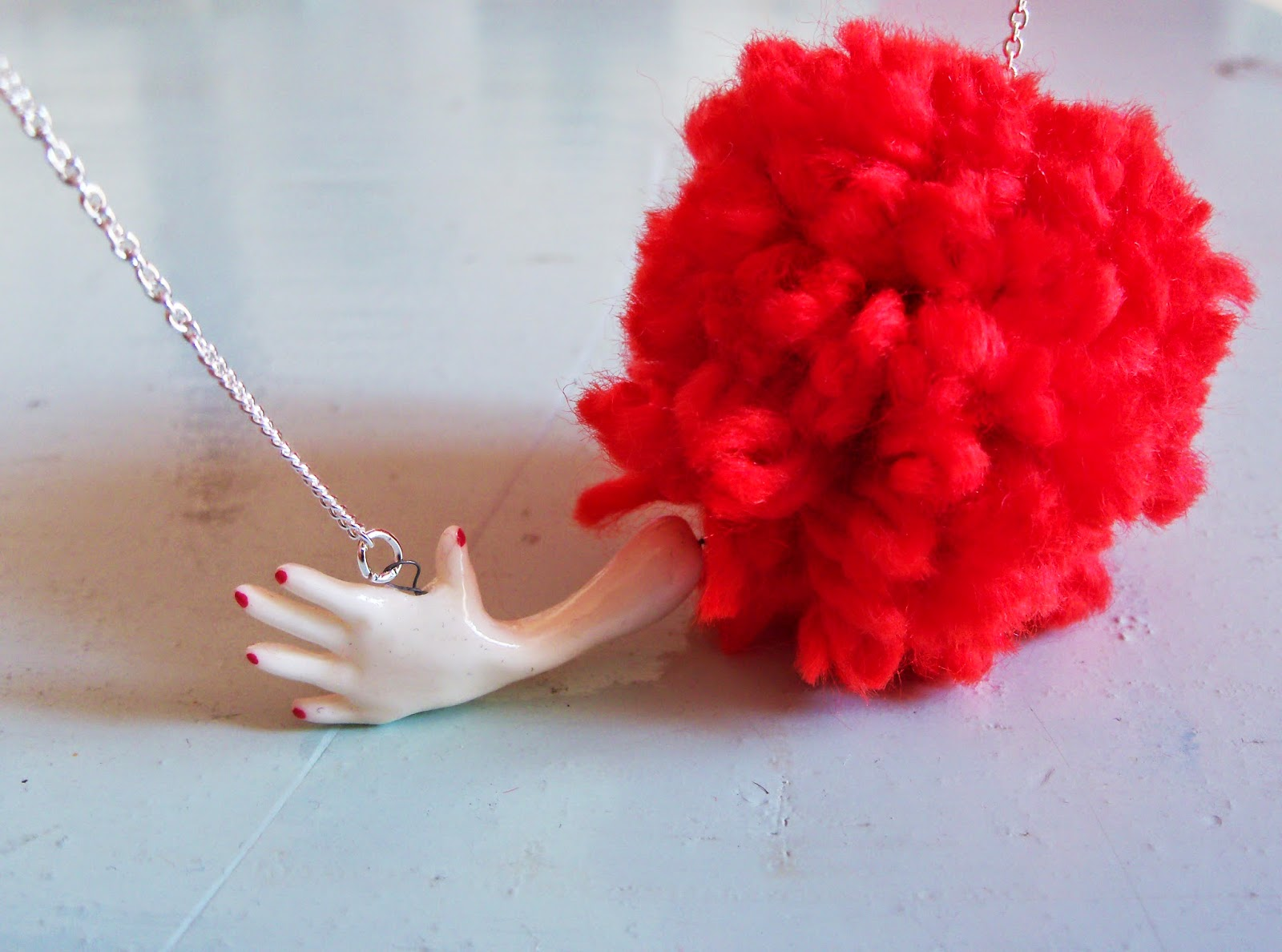 https://www.etsy.com/fr/listing/205652503/adorable-collier-main-et-pompon-rouge?ref=shop_home_active_23