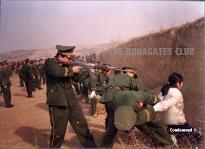 Chinese officer shoots a prisoner in the head with a rifle
