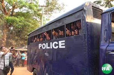 ေက်ာင္းသားသပိတ္က ဖမ္းဆီးထားသူေတြကို လက္ပံတန္းၿမိဳ႕မွာ မတ္လ ၁ဝ ရက္ေန႔က ရံုးထုတ္လာစဥ္။ Photo: Aung Ko Ko/RFA