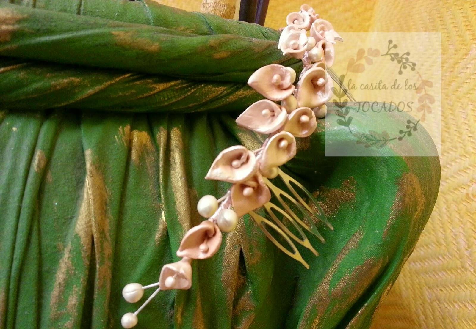 tocado para novia discreto de porcelana fría en colores nude y blanco perla