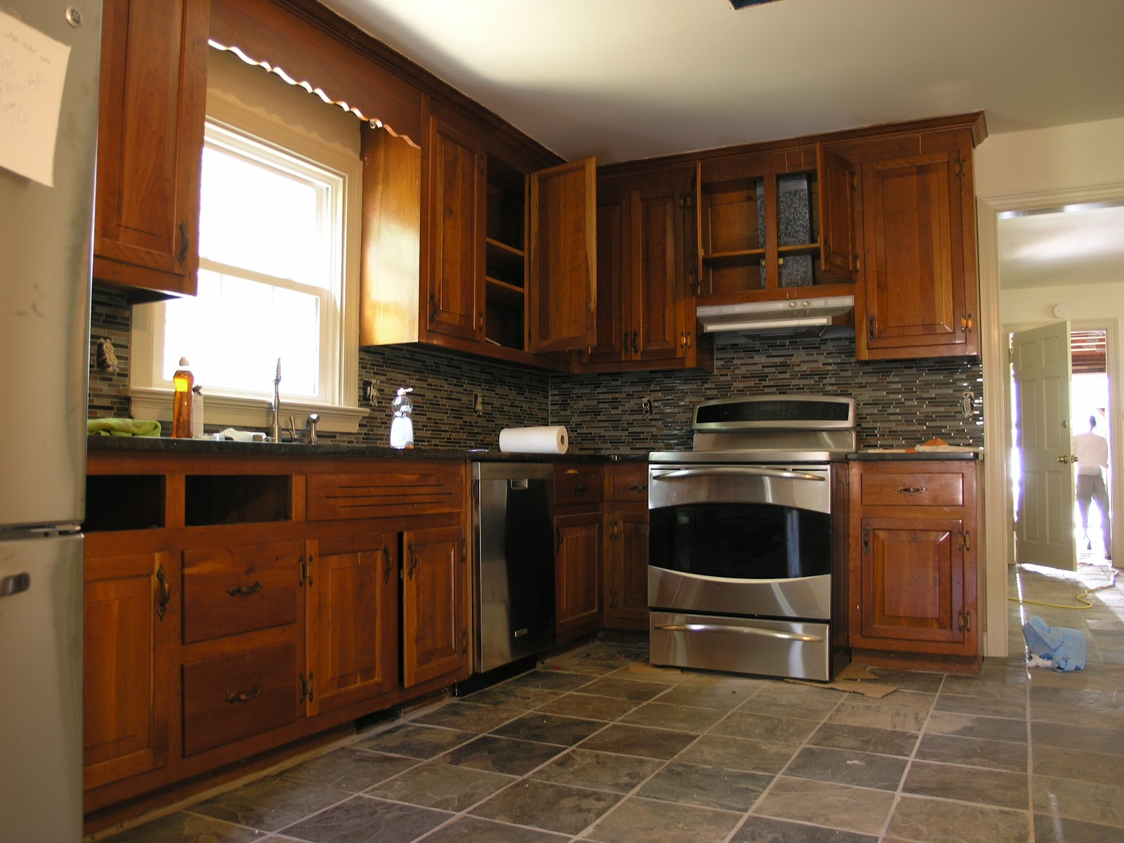 Oak kitchen cabinets with slate appliances for Floor kitchen cabinets
