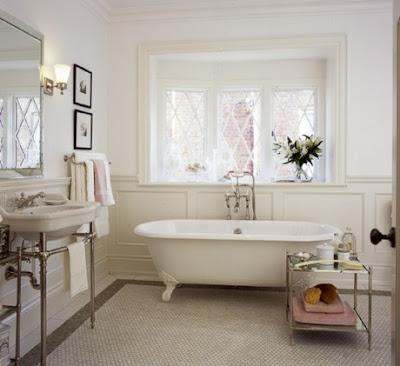Como decorar cuarto de baño con objetos vintage. Bañera antigua. Decoración de aseos y baños.
