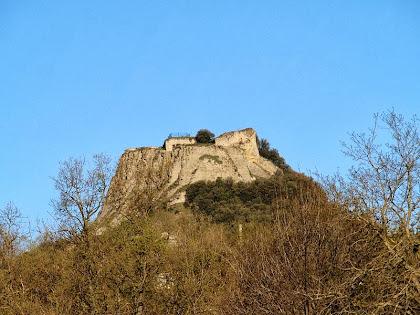 El turó i el Castell d'Orís vistos des del final del carrer Bonavista del nucli de Can Branques