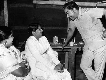 Shivaji Ganesan & Latha Mangeshkar in 'Thangappathakkam' Movie Shooting Spot
